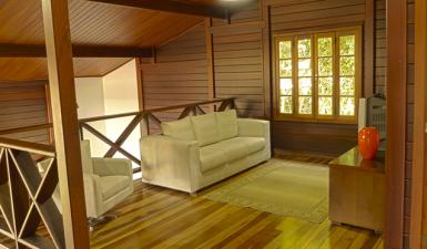 Qual o melhor piso para casa de madeira maciça pré-fabricada