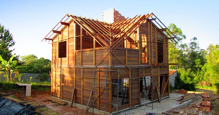 Projeto de casa de madeira maciça 194,41m² com execução em Ibiúna – SP