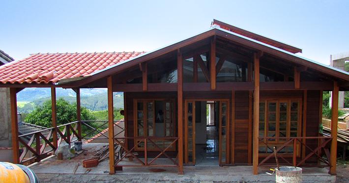 Casas pré-fabricadas de madeira maciça em execução pelo Brasil