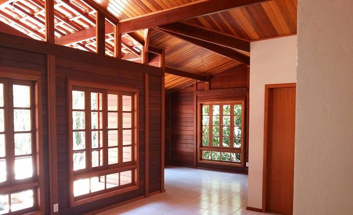 Cedrinho: forração do teto na casa de madeira maciça