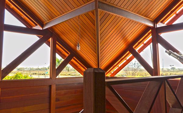 Casa de madeira pré-fabricada: qual a madeira ideal em cada parte da obra