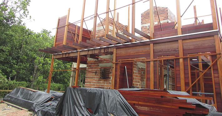 casa de madeira maciça em barra do una sp