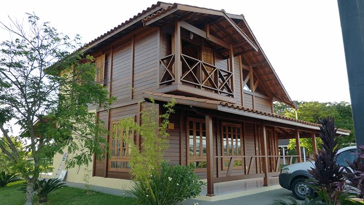 Sistema construtivo da casa de madeira maciça pré-fabricada