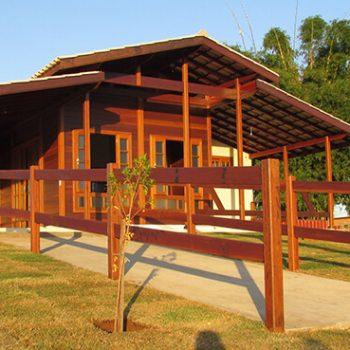 Casa de madeira pré-fabricada: projetos pequenos e charmosos