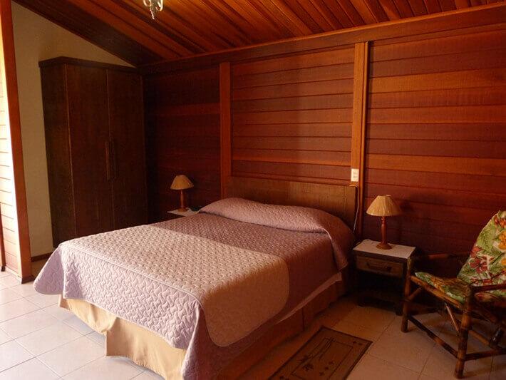 chalé de madeira maciça quarto