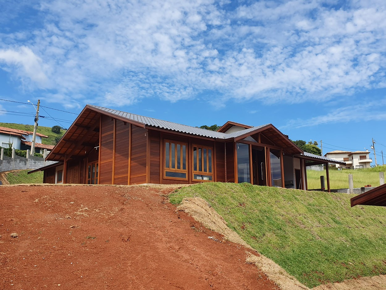 Detalhe casa de madeira maciça visão lateral.