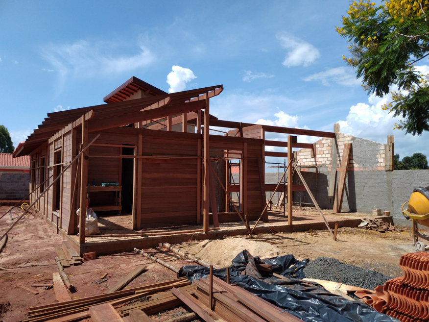 casa de madeira avare - sp - etapa construcao de paredes e cobertura
