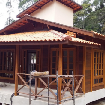 Casas de madeira pré-fabricadas em construção pelo Brasil - Julho 2021